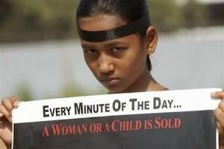 """""""Sonali este în vârstă de* 8 ani. Fata îi este machiată si buzele pline de ruj"""
